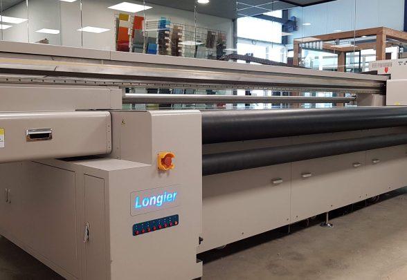 De allround LED flatbedprinter kan een groot formaat (geharde) glasplaat of kunststof acrylaat bedrukken door middel van uv-techniek