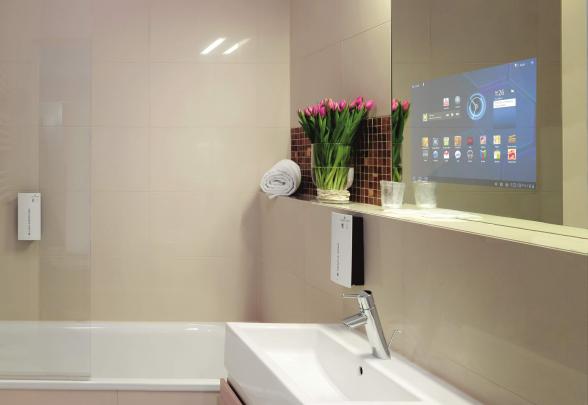 Badakamer met computerscherm in een spiegel